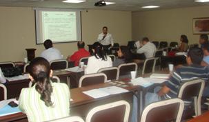 Marlon Murillo Presentando el código de ética y política para proveedores a los asistentes.