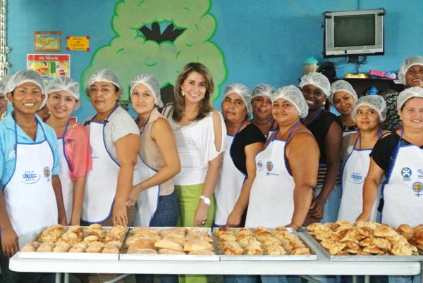 La directora de RSE de OPC, Mayvi Castañeda con las participantes en el taller de panadería.