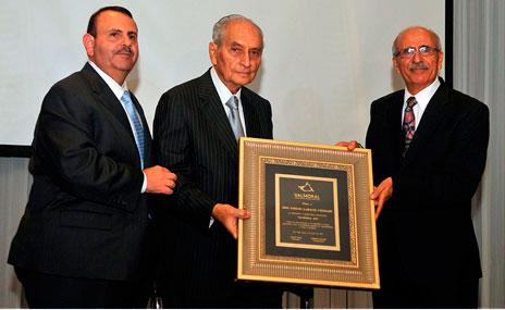Sres. Guillermo Handal, Vicepresidente de Valmoral, Emilio Larach, homenajeado y Fouad Faraj, Presidente de Valmoral.