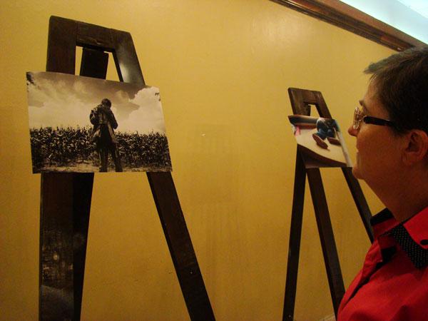 """Sor Valdette Willeman apreciando una de las fotografías expuestas llamada: """"Mamita no puedo más"""" del fotógrafo mexicano Guillermo Navarrete."""
