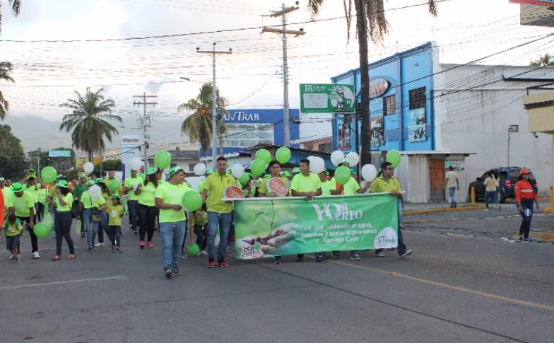 Colaboradores de Supermercados La Colonia en compañía de  sus familias participaron en esta actividad en La Ceiba.