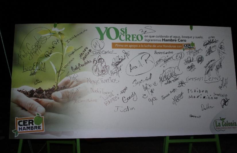 Algunos de los participantes constataron su asistencia al evento a través de este mural.