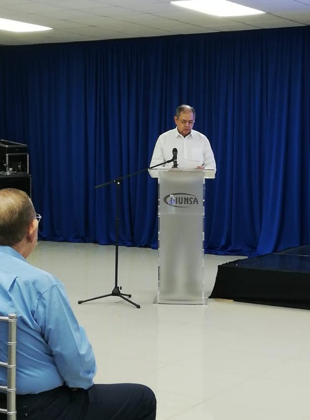 J. Roberto Leiva, Director Ejecutivo de Fundahrse mientras brindaba palabras por parte de la entidad que coordina la elaboración de la memoria de sostenibilidad.
