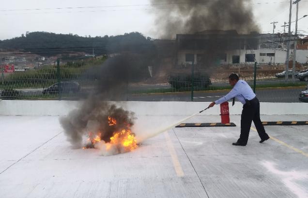 Los colaboradores durante la capacitación sobre el uso de extintores.
