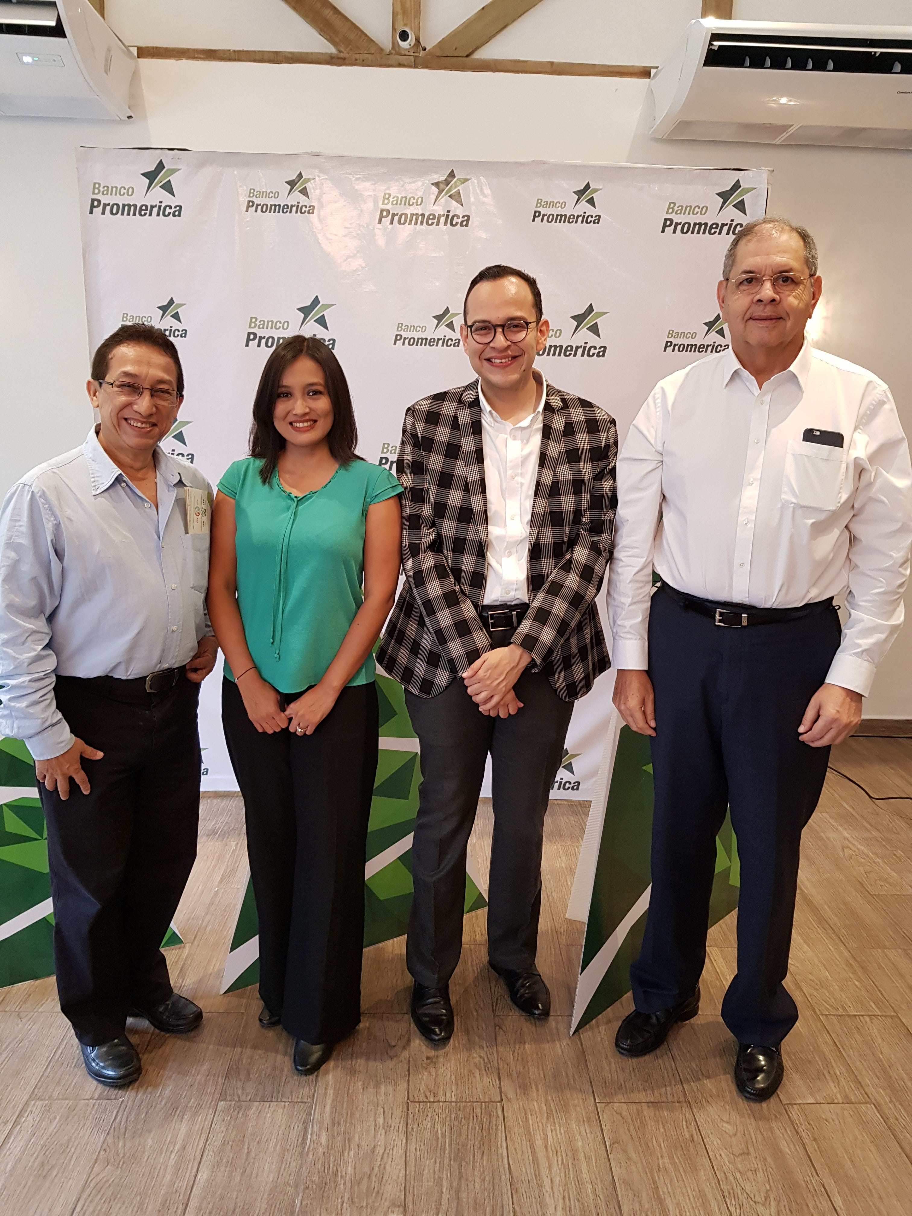 xx, Julio Gom de Fundahrse, xx, Karen Madrid de Banco Promerica, xx, J. Roberto Leiva de Fundahrse y xx.