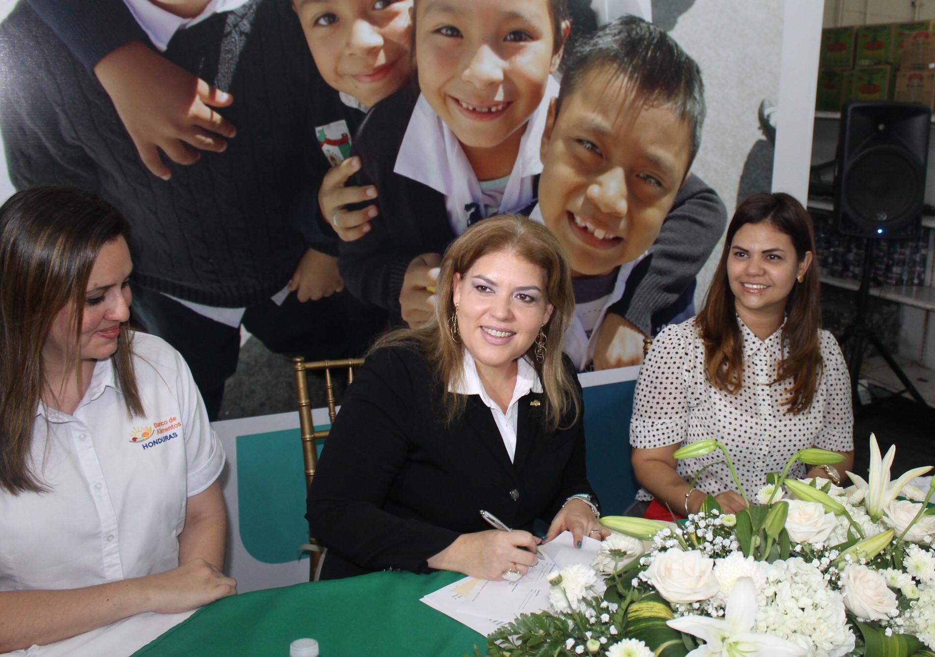 Blanca Villela, Gerente de Comunicaciones Regional de Cargill durante la firma del convenio de cooperación.