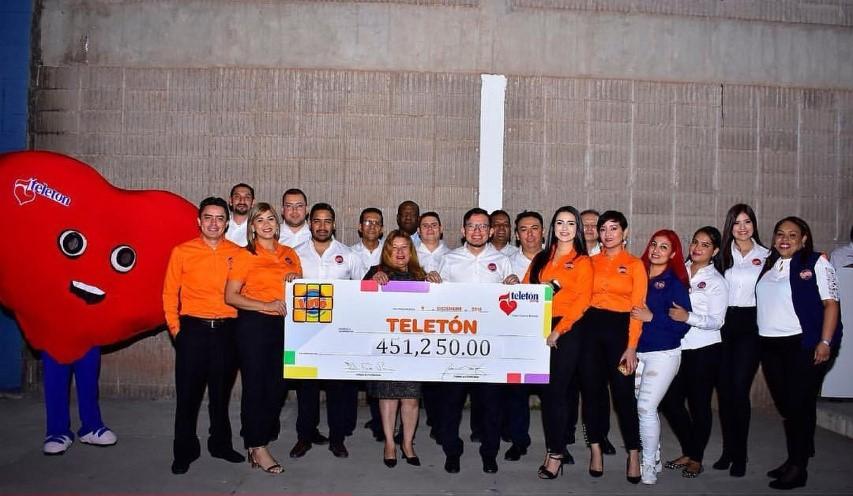 Carlota Figueroa, Gerente de Resposabilidad Social de LOTO junto a otros ejecutivos y voluntarios de la empresa.