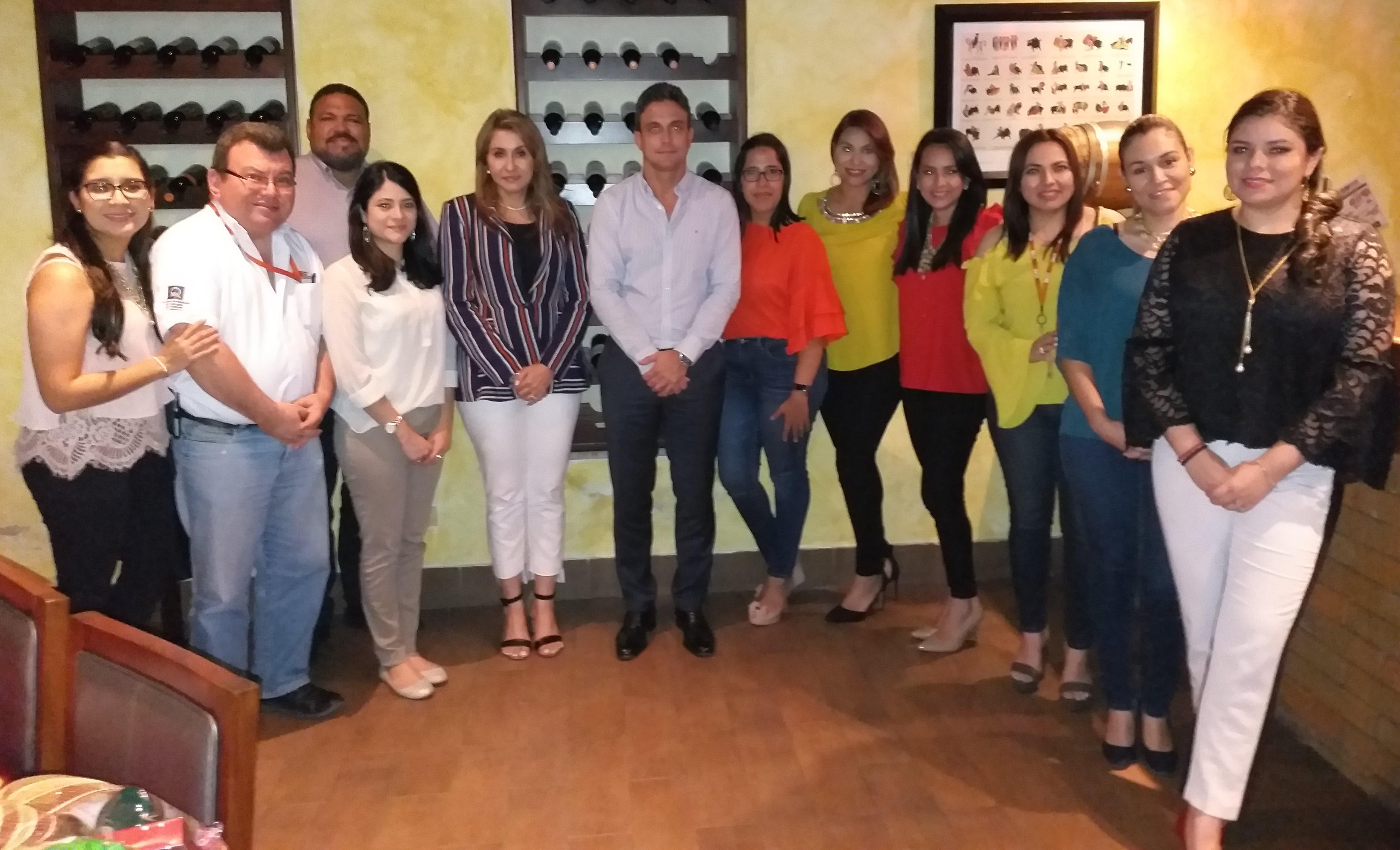 Voluntarios junto al Sr. Mariano Turnes, Director General OPC; Estefany Sierra, voluntaria estrella; Meyvi Castañeda, Gerente de RSE de OPC; Carol Acosta, Coordinadora de Relaciones Internas OPC y Andrea Medina, Coordinadora de RSE de OPC.