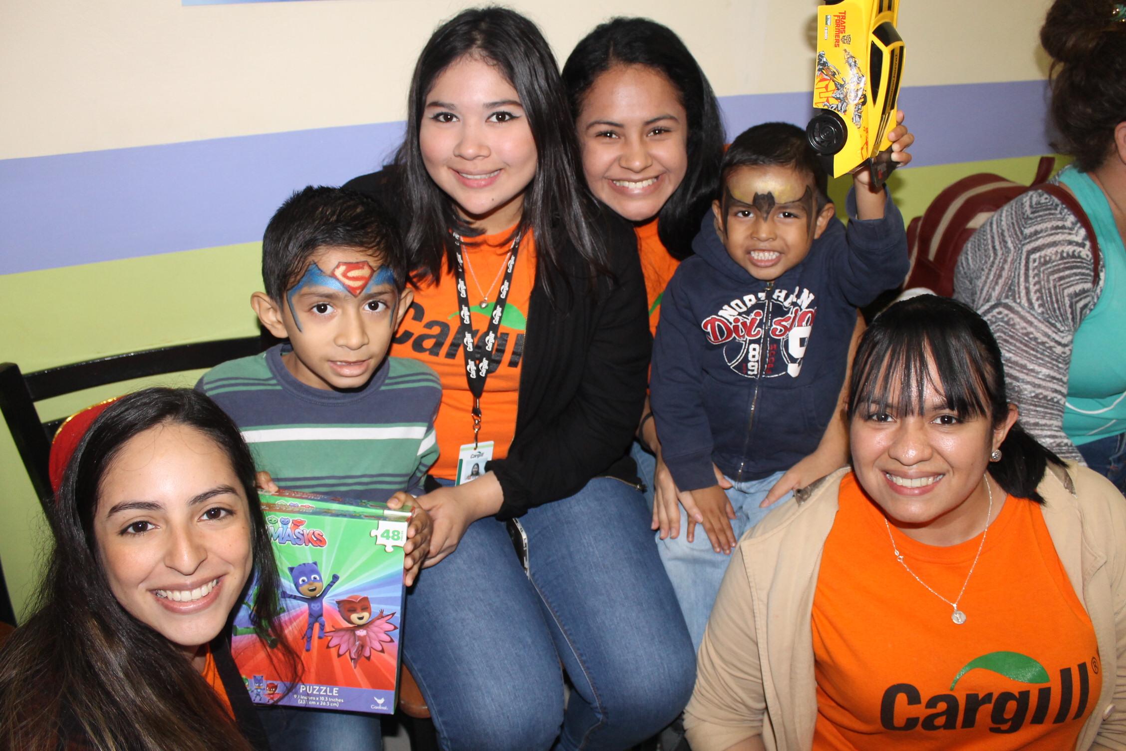 Los voluntarios disfrutando con los niños en las diferentes actividades.