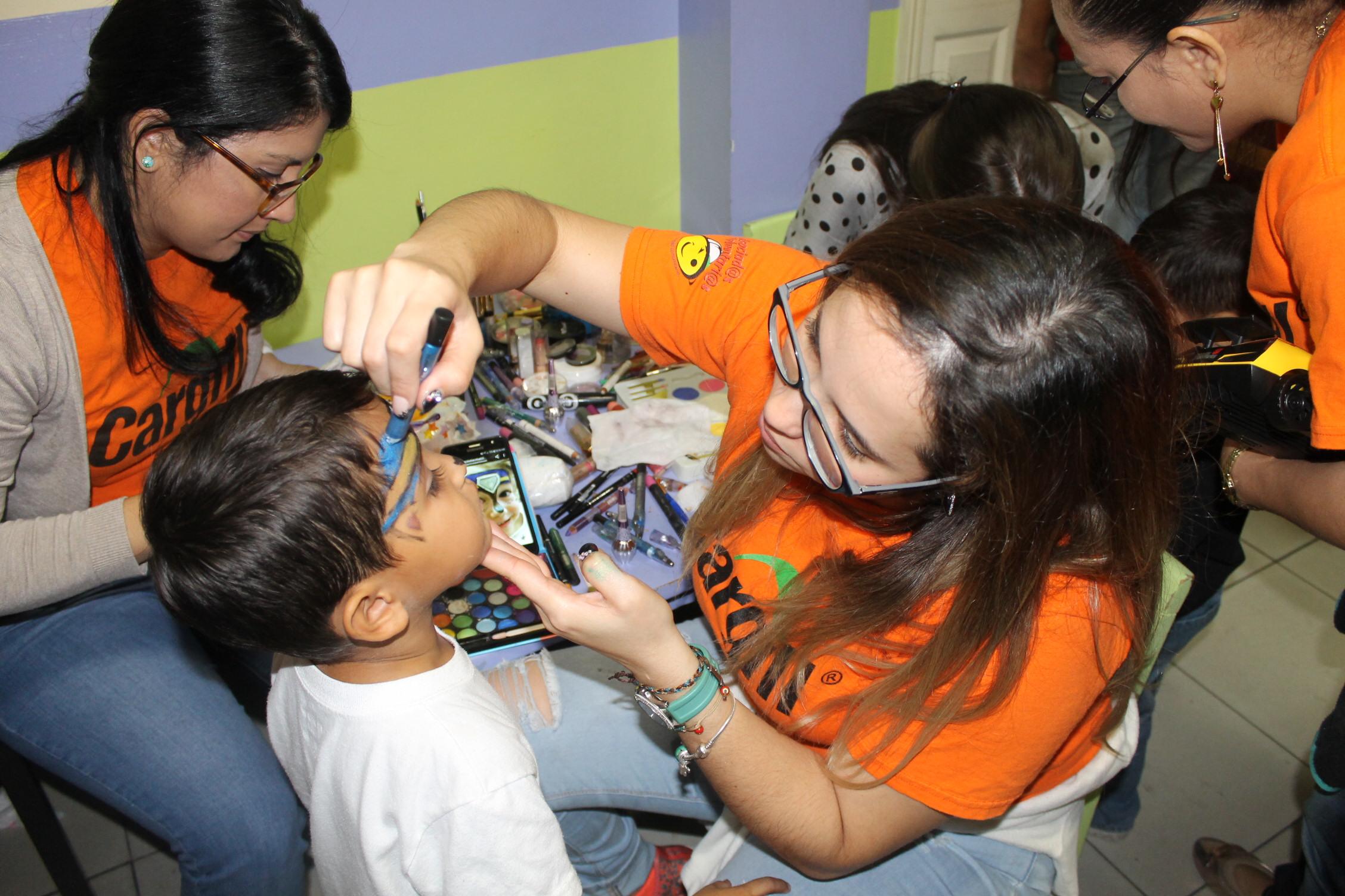 Los voluntarios son los encargados de realizar diferentes actividades para los niños.
