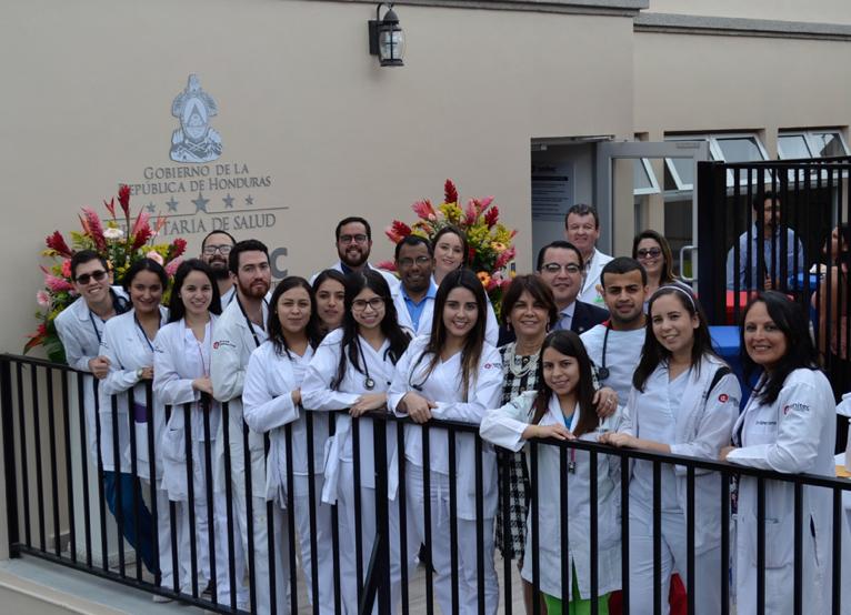 Estudiantes de las carreras de ciencias de la salud de Unitec, quienes realizan un internado en el centro de atención a la salud.