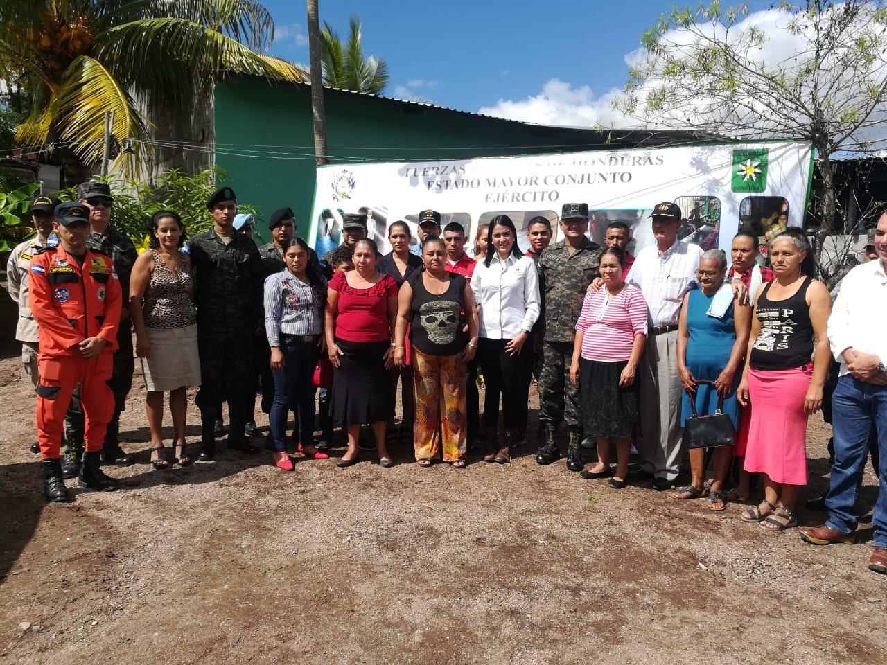 Elementos de las FFAA, representantes de Argos y de la comunidad beneficiada.