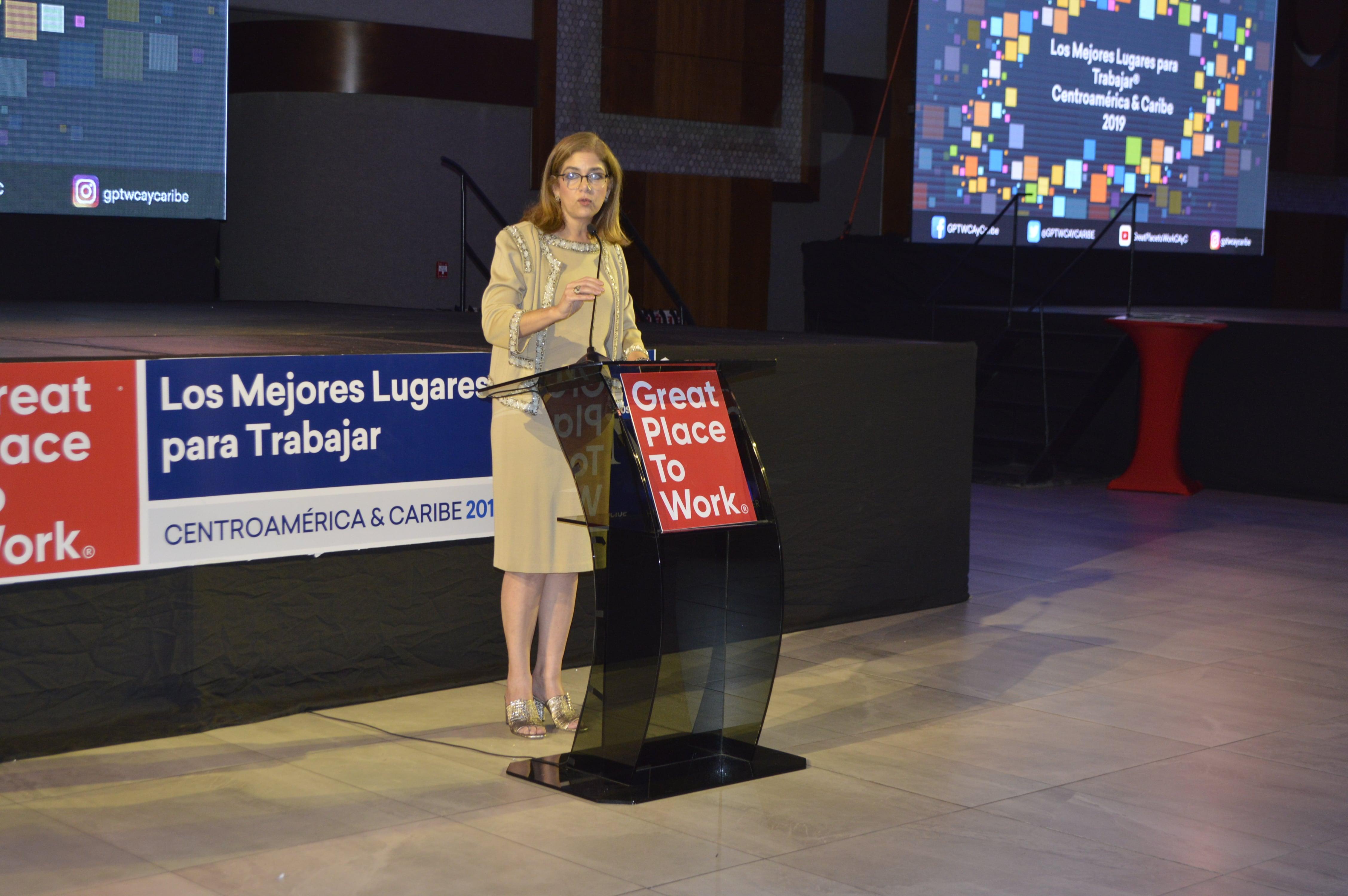 Ruth Marie Canahuati, directora de captación de audiencias de Grupo OPSA en su discurso de inicio del evento.