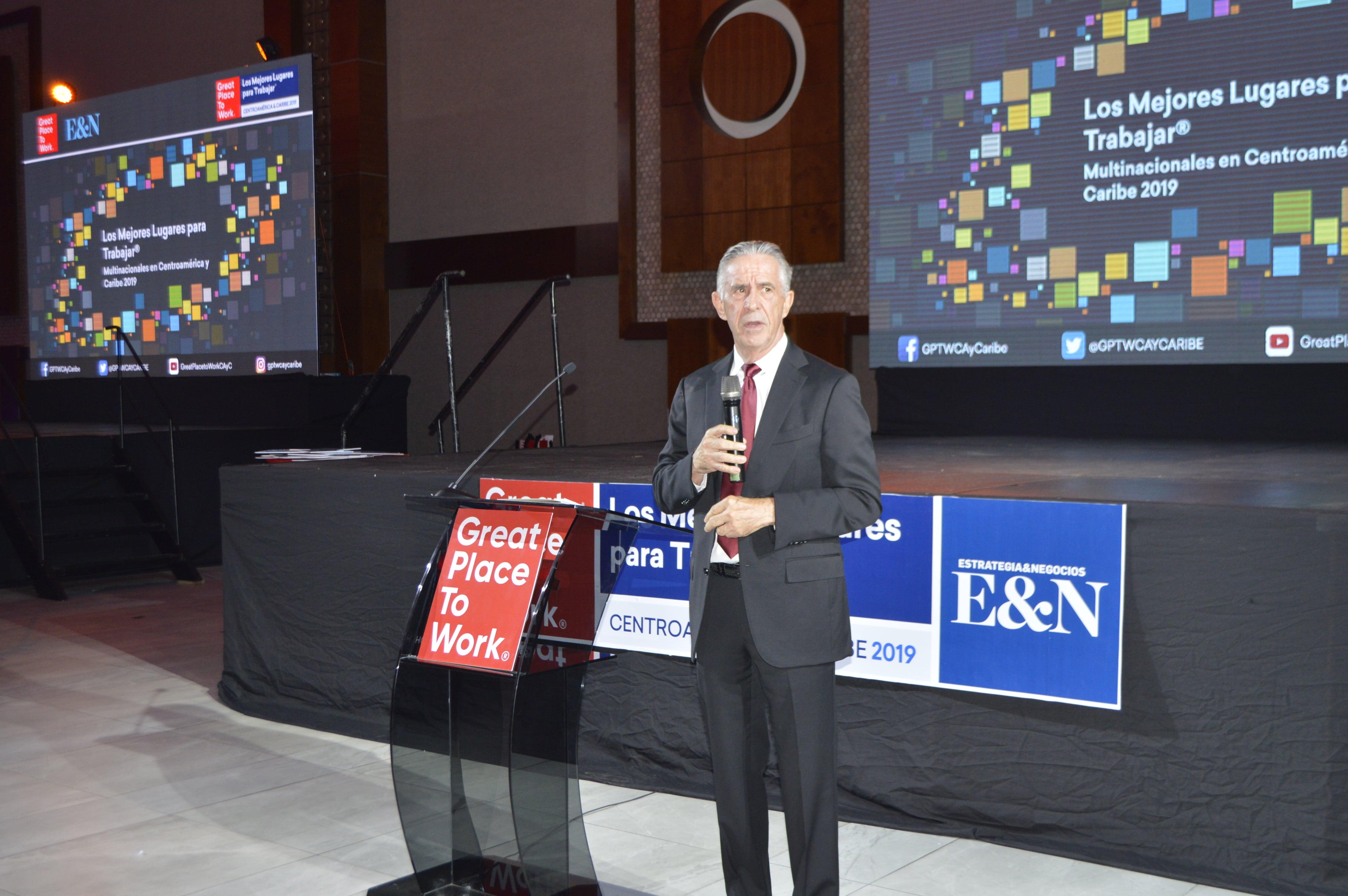 Sr. Bruce Burdett, Presidente de Fundahrse durante su intervención en el evento de premiación.