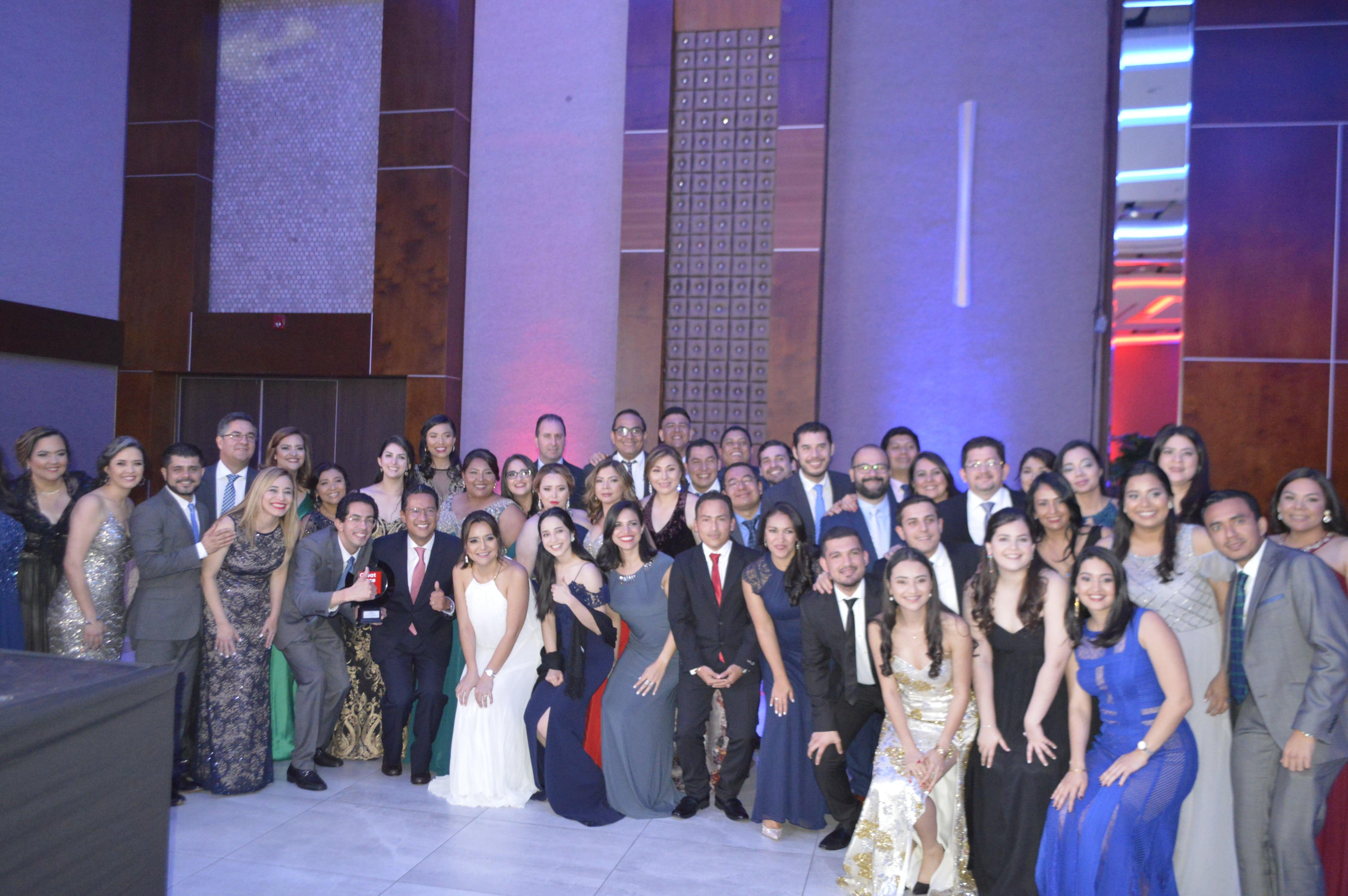 Grupo de colaboradores y directores de Nestlé Centroamérica y Nestlé Hondureña