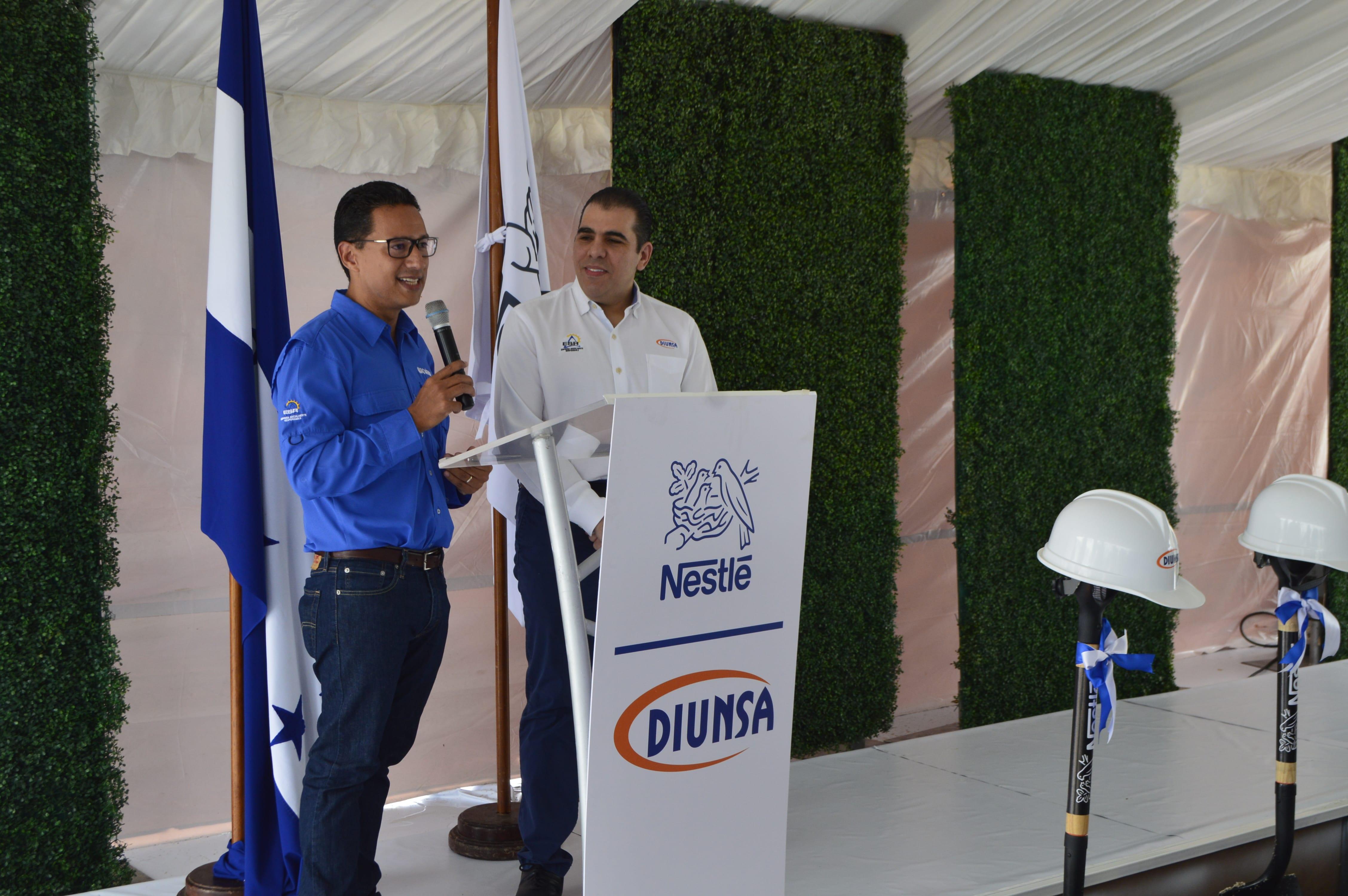 Representantes de Nestlé y Diunsa formalizando la alianza para la construcción del centro de distribución sostenible.