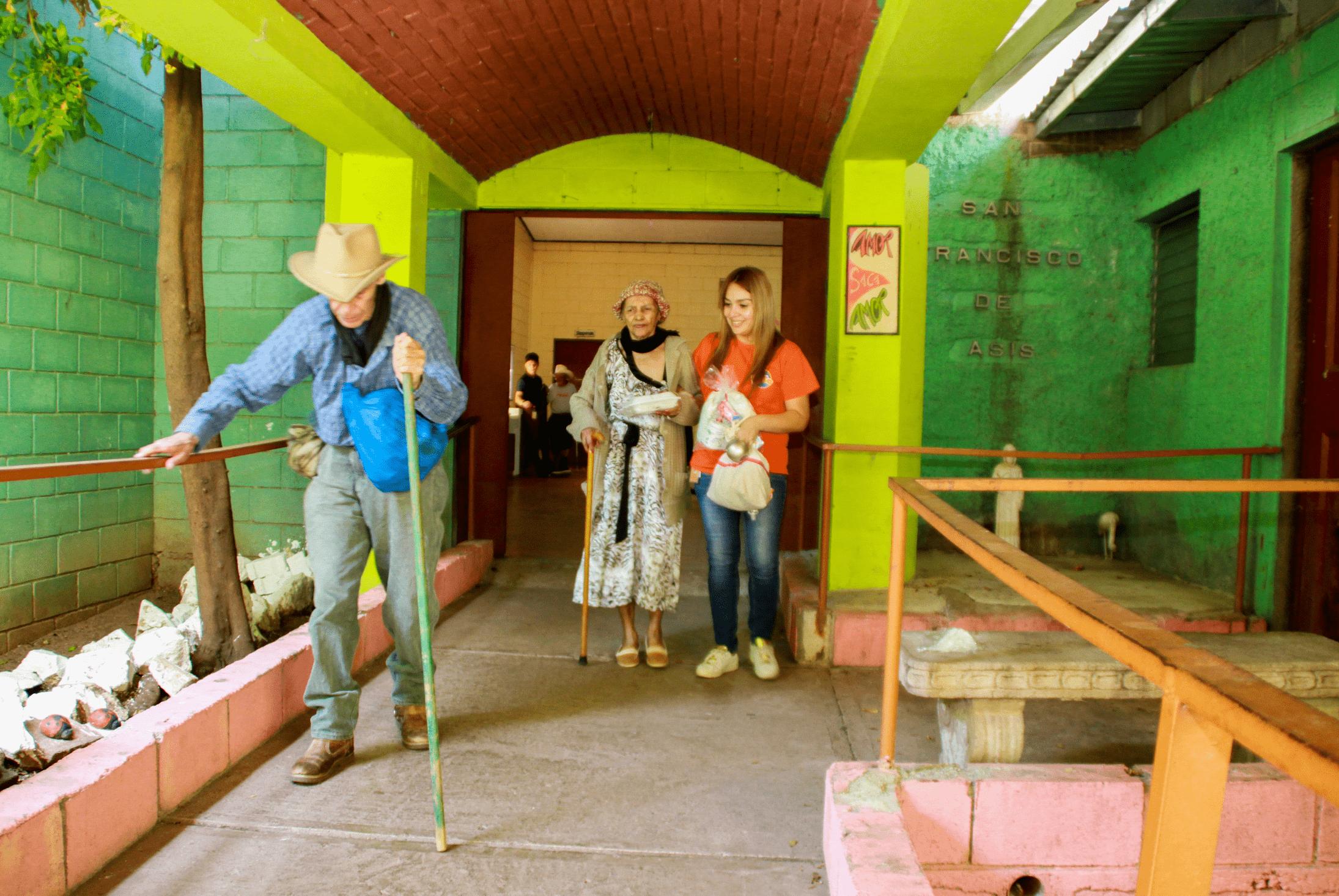 Los voluntarios llegaron a compartir un tiempo de alegría con adultos mayores.