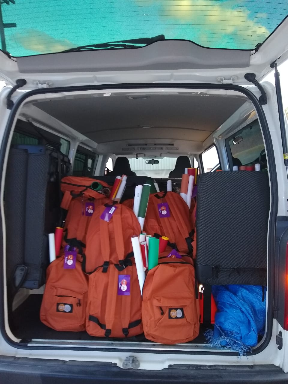 Mientras se cargaba el vehículo para transportar las donaciones de útiles escolares.