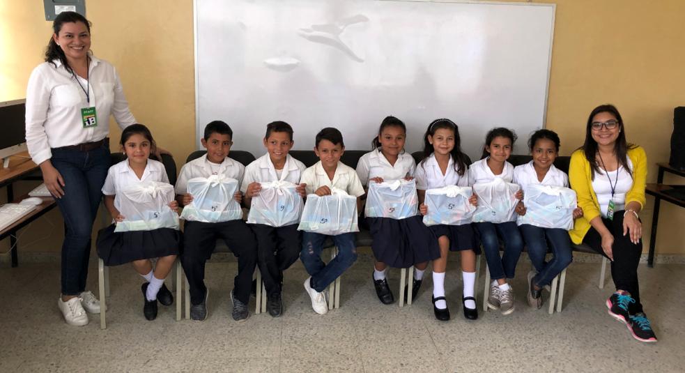 Donación de útiles escolares por grado en el Centro Educativo Básico Francisco Morazán en la Comunidad de El Guayacán.