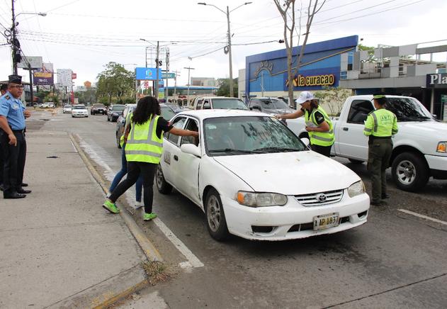 50 Voluntarios UTH participan en diferentes puntos estratégicos de la ciudad para entregar material informativo a conductores y peatones, acuerpados por agentes de Tránsito y Policía Municipal.