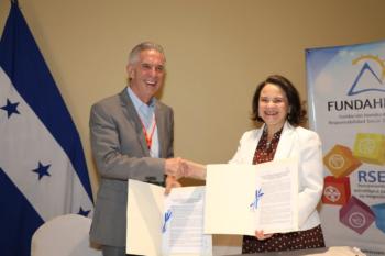 Dr. Bruce Burdett, Presidente de Fundahrse y la embajadora Norma Allegra Cerrato, Subsecretaria de Cooperación y Promoción Internacional de la Secretaría de Relaciones Exteriores y Cooperación Internacional (SRECI).